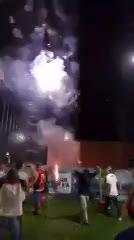 Los hinchas del Flamengo tiraron fuegos artificiales