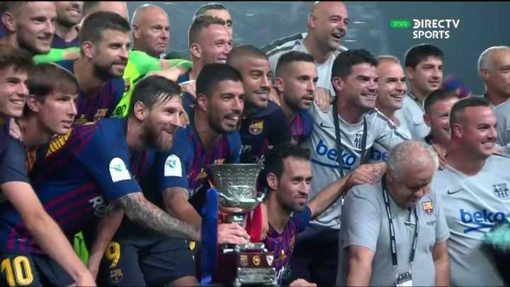 Messi levantó la Supercopa una vez más