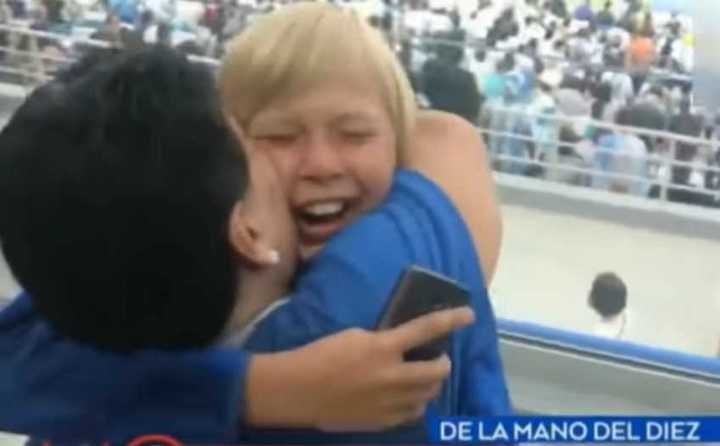 El nene ruso que se emocionó al conocer a Maradona