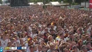 Decenas de hinchas mexicanos festejaron entre cientos de alemanes