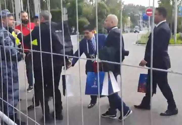 Maradona entró pidiendo regalo...