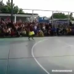 Amigos de un fallecido lo homenajearon en la cancha y le hicieron meter un gol