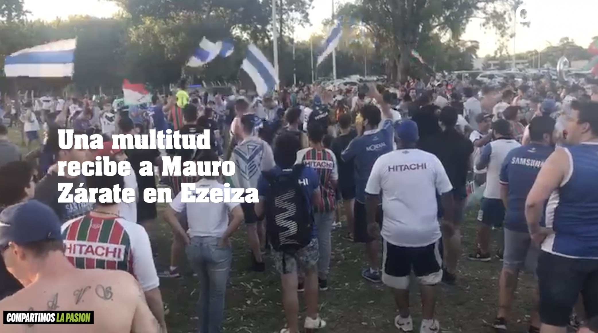 Una multitud recibe a Mauro Zárate