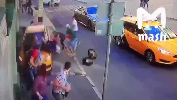 Taxista atropelló a varias personas en Moscú