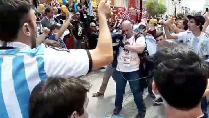 Metete en el pogo de Argentina en la peatonal de Nizhni Nóvgorod