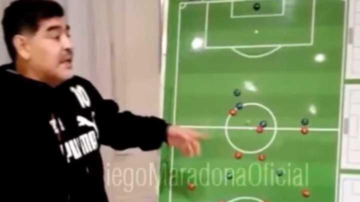 Maradona dio una charla táctica a Deportivo Riestra