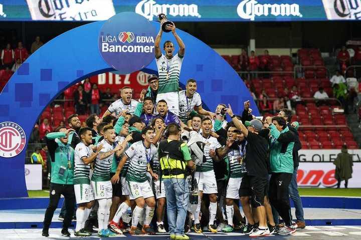 Carlos Izquierdoz levanta la copa: Santos Laguna campeón mexicano