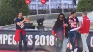 El Mono Burgos bailó rock y reggaeton