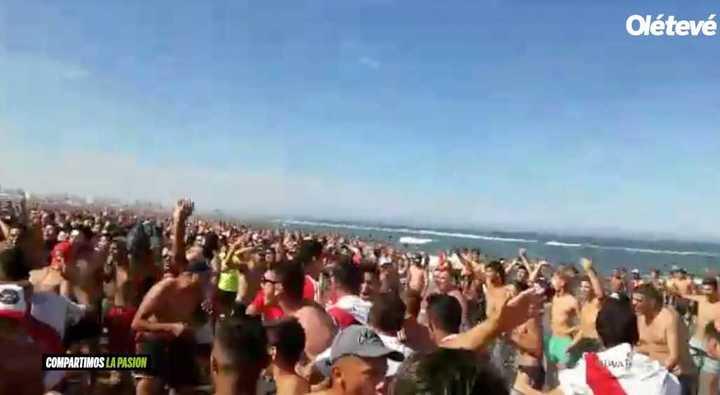 Cientos de hinchas de River cantando en Mardel