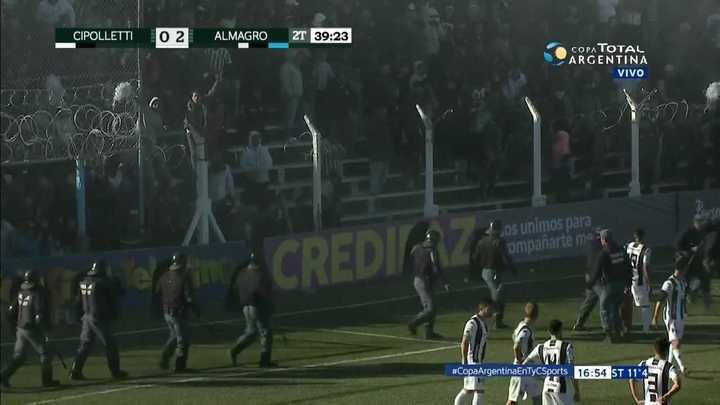 La hinchada de Cipolletti arrojó un matafuegos y el árbitro suspendió el partido