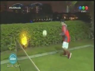 Maradona juega al fútbol tenis y baila