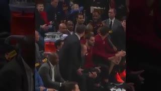 La discusión entre LeBron James y su entrenador