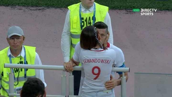 El beso consuelo de la mujer a Lewandowski