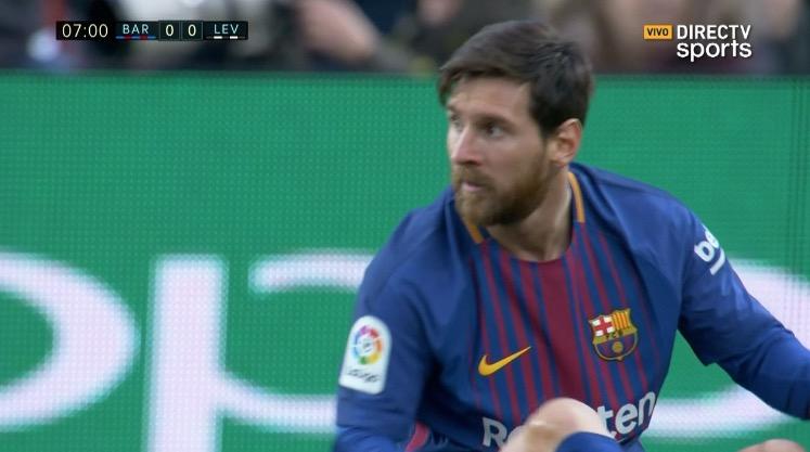Dura patada a Messi