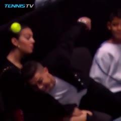 Cristiano Ronaldo tratando de agarrar una pelota en el ATP Finals de Londres