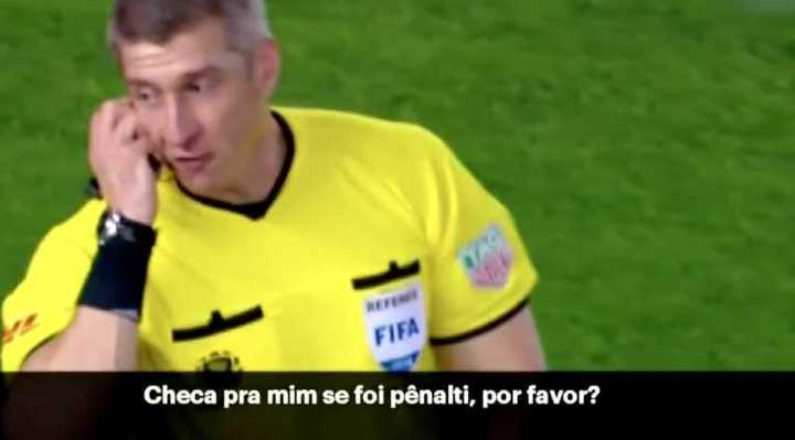 El dialogo del árbitro con el VAR en la jugada de Pinola