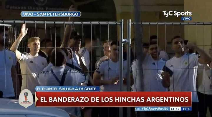 Los futbolístas salieron a saludar a la gente en la puerta del hotel