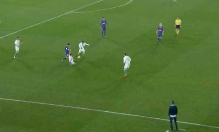 Gran caño de Messi a Guardado