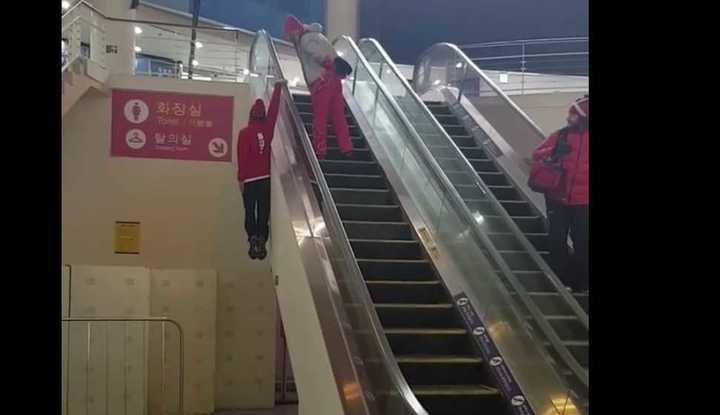 ¡Sube la escalera con una mano!