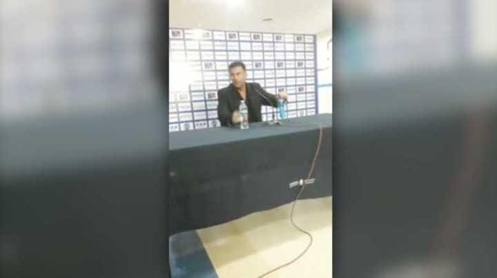 Diego Dabove cambió de lugar las botellas en la conferencia