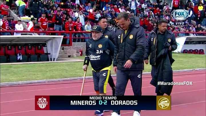 Maradona camina con bastón