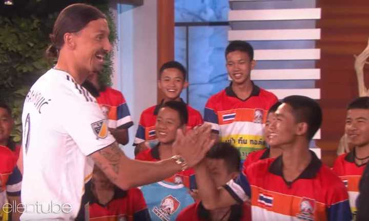 Ibrahimovic visitó a los Jabalíes Salvajes