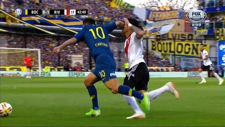 Fuerte codazo de Cardona a Pérez