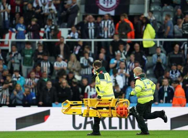 El momento en el que frenan Newcastle - Tottenham por el problema de salud de un hincha