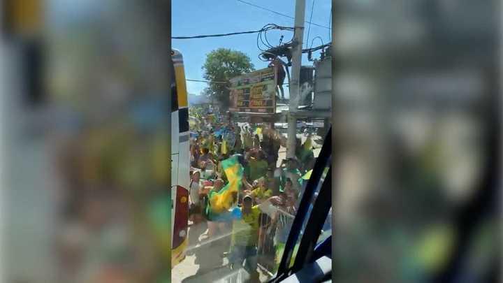 Hinchas de Defensa y Justicia se aglomeraron para alentar al Halcón