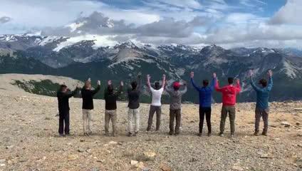 El saludo histórico, en la montaña