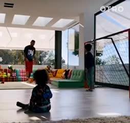 Messi jugando a la pelota con sus hijos.