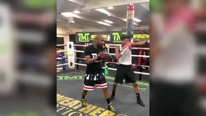 Floyd Mayweather guanteando