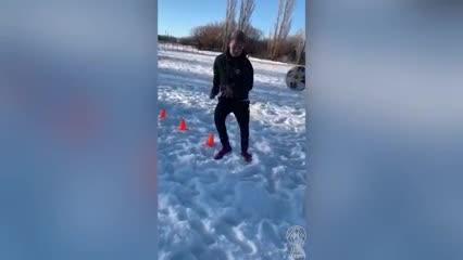 El jugador Juan Gauto no afloja y se entrena, a pesar de la nieve, en Perito Moreno (Santa Cruz).