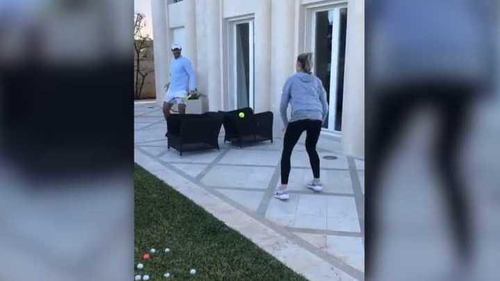 Rafa Nadal jugando con su hermana