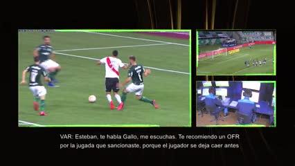 La revisión del VAR tras el penal que el árbitro había cobrado por falta a Suárez