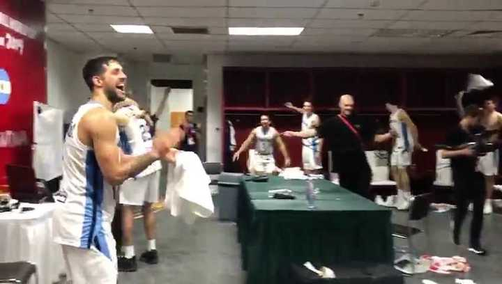 El festejo de los jugadores en el vestuario