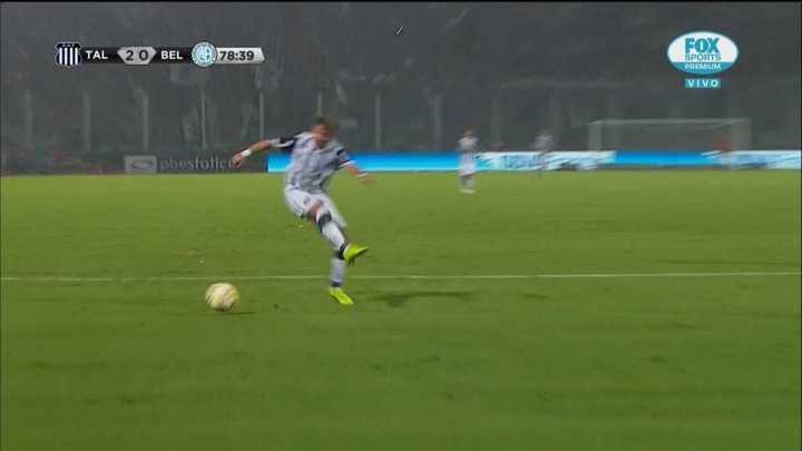 Palacios se iba para el gol, pero le erró a la pelota