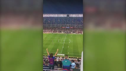 Los aplausos al Kun Agüero en su debut en el Barcelona