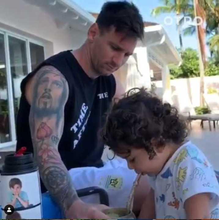 Messi le enseña a tomar mate a Ciro