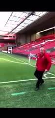 Un empleado del Liverpool emuló a Alexander-Arnold