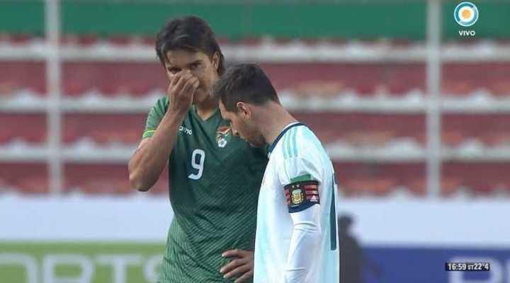 Martins le habla a Messi en el minuto de silencio