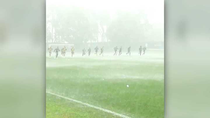 El entrenamiento del Inter bajo una lluvia torrencial