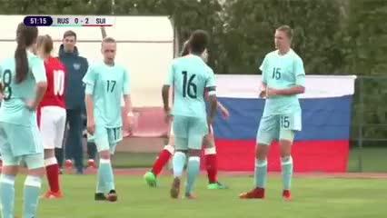 Dos jugadoras de fútbol femenino, a los golpes