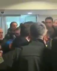 Así sacaron al presidente del Fenerbahce