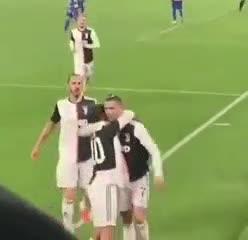 El beso entre Cristiano y Dybala