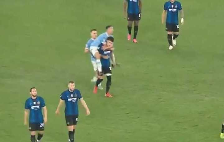 Felipe Luiz se le trepó a Correa