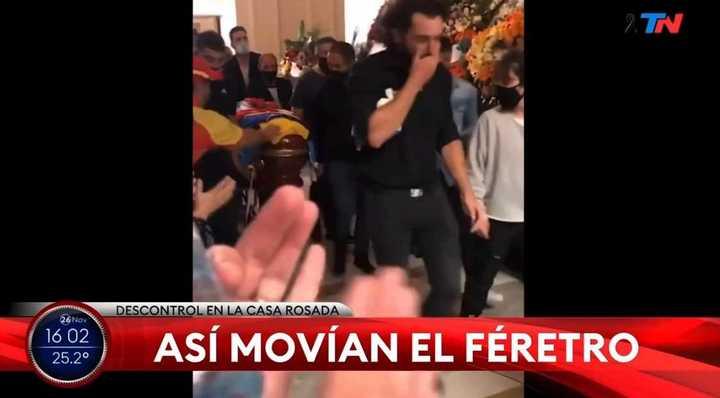 Así trasladaban el féretro de Maradona para otro sector de Casa Rosada