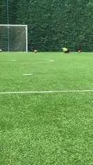 Mateo Messi jugando al fútbol en el patio de la casa