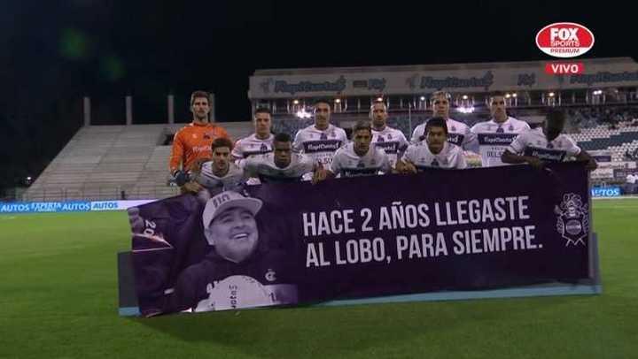La bandera del plantel de Gimnasia para en homenaje a Diego