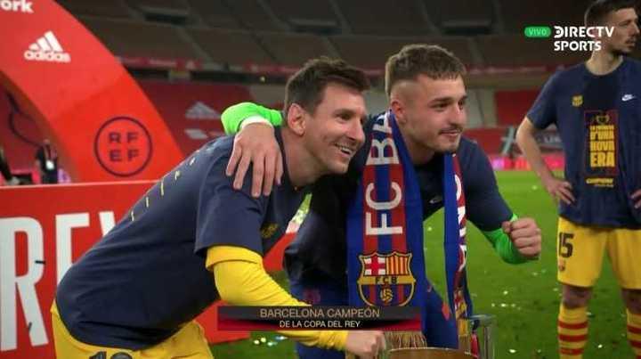Todos los compañeros se sacaron fotos con Messi